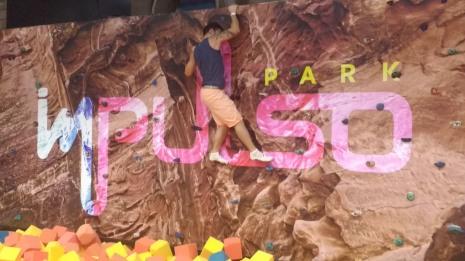 Papai na parede de escalada