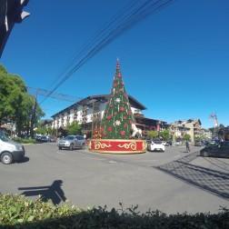 Rotatória com árvore de Natal