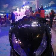 curtindo uma moto de neve